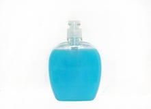 Bottiglia di plastica blu di sapone liquido isolata sopra i precedenti bianchi Immagini Stock