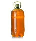 Bottiglia di plastica con una maniglia su un fondo bianco Immagine Stock