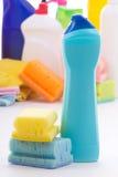 Bottiglia di plastica del prodotto e delle spugne di pulizia Immagini Stock