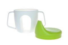 Bottiglia di plastica della tazza per i bambini, la tazza ed il coperchio verde fotografie stock