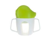 Bottiglia di plastica della tazza per i bambini, la tazza ed il coperchio verde fotografia stock