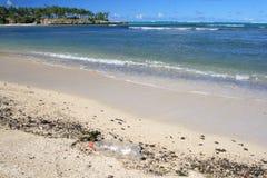 Bottiglia di plastica eliminata sulla spiaggia Immagini Stock Libere da Diritti