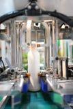 Bottiglia di plastica sul trasportatore Immagini Stock
