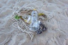 Bottiglia di plastica sulla sabbia, inquinamento dal mare Fotografia Stock Libera da Diritti