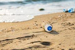 Bottiglia di plastica sulla spiaggia fotografia stock libera da diritti