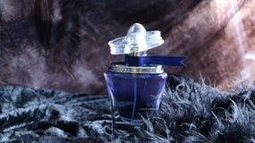 Bottiglia di profumo blu con l'etichetta immagini stock
