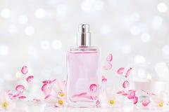 Bottiglia di profumo con fragranza del fiore Bellezza e fondo della profumeria fotografie stock