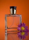Bottiglia di profumo con un fiore Fotografie Stock