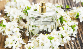 Bottiglia di profumo del fiore Fotografia Stock