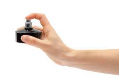 Bottiglia di profumo della tenuta della mano della donna Fotografia Stock