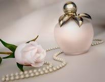 Bottiglia di profumo, fiore della rosa di bianco e serie di perle Fotografia Stock Libera da Diritti