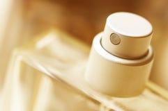 Bottiglia di profumo nella macro Fotografie Stock Libere da Diritti