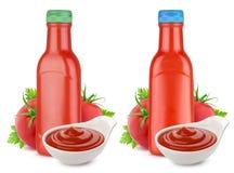 Bottiglia di salsa ketchup, ketchup in ciotola e pomodori freschi isolati su fondo bianco Fotografie Stock