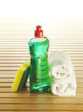 Bottiglia di sapone con lo scrourer ed il tovagliolo Immagini Stock