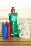 Bottiglia di sapone con lo scrourer ed il tovagliolo Immagini Stock Libere da Diritti