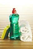 Bottiglia di sapone con lo scrourer ed il tovagliolo Fotografie Stock