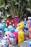 Bottiglia di scheletro dei crani messicani, maschere degli animali, giorno di dias de los muertos della morte morta fotografie stock libere da diritti