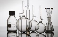 Bottiglia di vetro, boccette e coppe Fotografie Stock