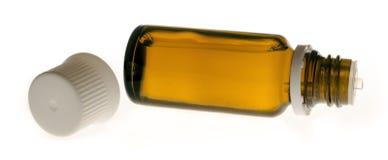 Bottiglia di vetro che si trova esclusivamente sul suo primo piano della copertura laterale su un fondo bianco Fotografie Stock Libere da Diritti