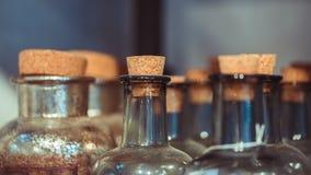 Bottiglia di vetro con il coperchio di legno fotografie stock