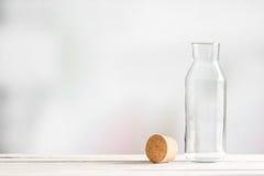 Bottiglia di vetro con un sughero marrone Fotografie Stock Libere da Diritti