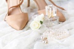 Bottiglia di vetro del profumo sulla tavola di condimento delle signore con pe schic misero fotografie stock