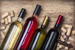 Bottiglia di vetro di vino con i sugheri Immagini Stock