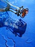 Bottiglia di vetro ed acqua fotografia stock libera da diritti