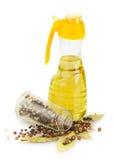 Bottiglia di vetro, foglia di alloro, pepe, olio Fotografia Stock