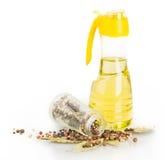Bottiglia di vetro, foglia di alloro, pepe, olio Immagini Stock Libere da Diritti