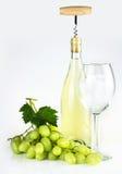 Bottiglia di vino bianco, cavaturaccioli, bicchiere di vino ed uva Fotografia Stock Libera da Diritti