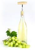 Bottiglia di vino bianco, cavaturaccioli ed uva Immagine Stock Libera da Diritti