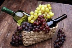 Bottiglia di vino bianco, dell'uva e dei sugheri Fotografia Stock