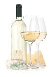 Bottiglia di vino bianco, due vetri e formaggio Fotografie Stock