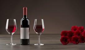Bottiglia di vino con due vetri accanto ed a Rose Bouquet rossa Fotografia Stock