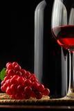 Bottiglia di vino con un vetro di vino sui cassetti Fotografia Stock Libera da Diritti