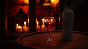 Bottiglia di vino con vetro sulla natura morta accogliente della barra del barilotto di legno archivi video