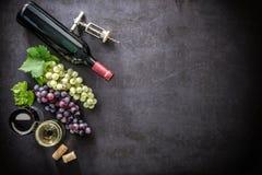 Bottiglia di vino, dei bicchieri di vino, dell'uva e dei sugheri Immagini Stock Libere da Diritti
