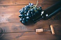 Bottiglia di vino, dell'uva e dei sugheri Fotografie Stock Libere da Diritti