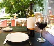 Bottiglia di vino e bicchiere di vino Fotografie Stock Libere da Diritti