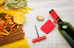 Bottiglia di vino e di pasta italiana Immagini Stock
