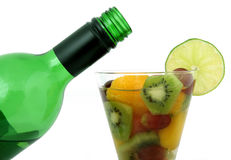 Bottiglia di vino e vetro della frutta con calce e vino Fotografie Stock Libere da Diritti
