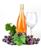 Bottiglia di vino rosato, bicchiere di vino ed uva Fotografie Stock Libere da Diritti
