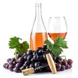 Bottiglia di vino rosato, cavaturaccioli, bicchiere di vino ed uva Immagine Stock Libera da Diritti