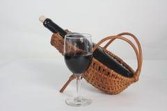 Bottiglia di vino rosso in culla di vimini Fotografie Stock Libere da Diritti