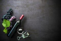 Bottiglia di vino rosso, del bicchiere di vino e dell'uva Fotografia Stock