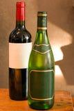 Bottiglia di vino rosso e bianco con i contrassegni vuoti Fotografie Stock