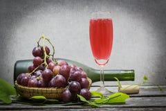 Bottiglia di vino rosso e dell'uva Fotografie Stock