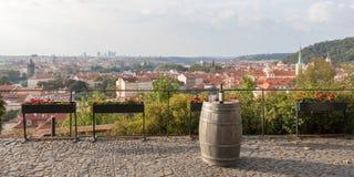 Bottiglia di vino rosso su un barilotto con alba in una città di Praga, repubblica Ceca fotografia stock libera da diritti