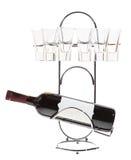 Bottiglia di vino su un basamento del metallo con i vetri Immagini Stock Libere da Diritti